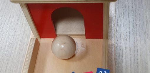 scatola imbucare vivo motessori con palla in legno e vassoio